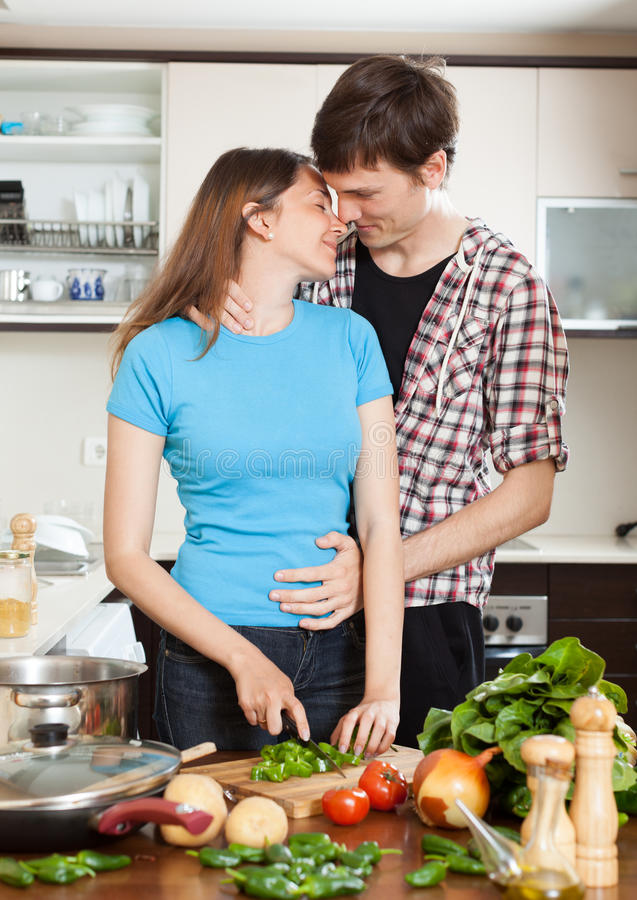 Paare, Die In Der Küche Umarmen Stockfoto - Bild von paare