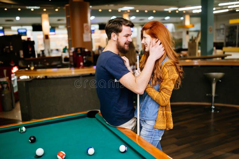 Paare, die in der Snookerstange umarmen stockbilder