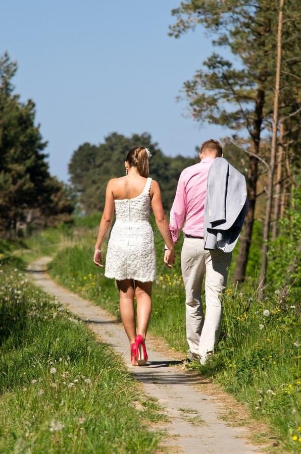 Paare, die in die Landschaft gehen stockfotografie