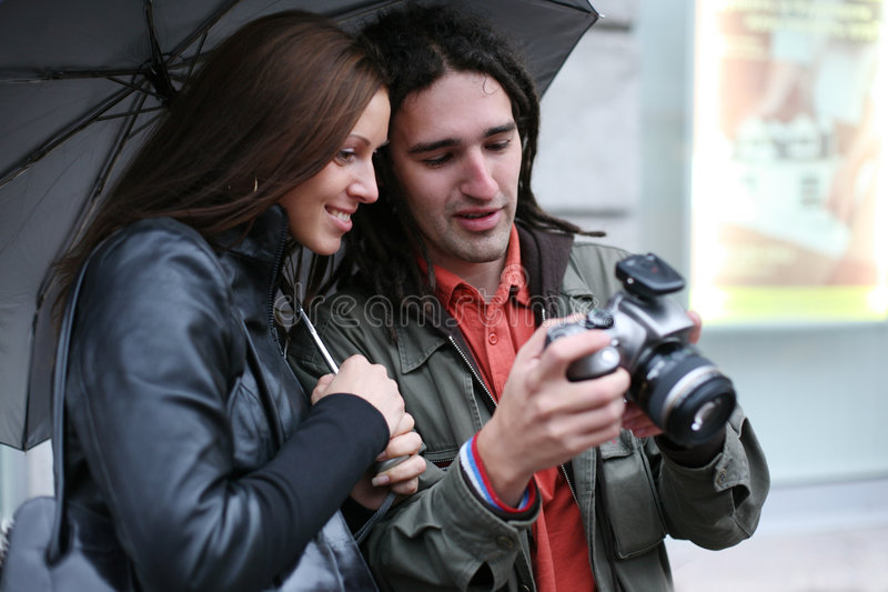 Paare, Die Digitale Fotos Schauen Lizenzfreie Stockfotos
