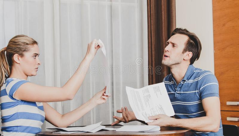 Paare, die Dokumente betrachten lizenzfreie stockfotografie