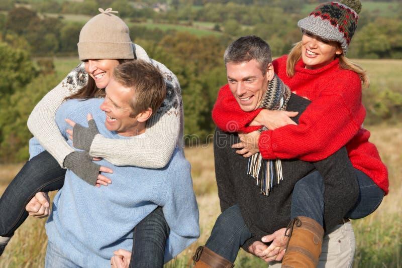 Paare, die Doppelpolfahrt in der Herbst-Landschaft haben lizenzfreie stockfotos