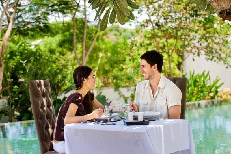 Paare, die draußen essen stockbilder