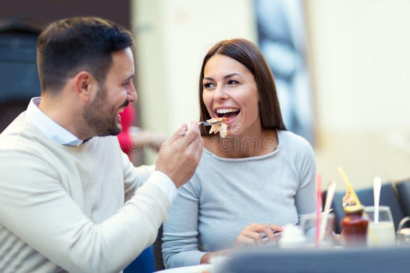 Paare, die draußen Pizzasnack essen stockfotografie