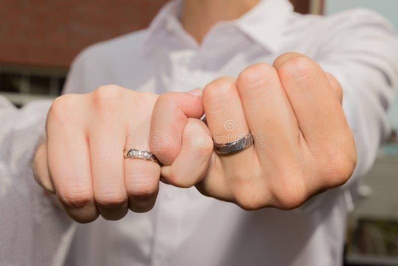 Paare, die Eheringe zeigen lizenzfreie stockbilder