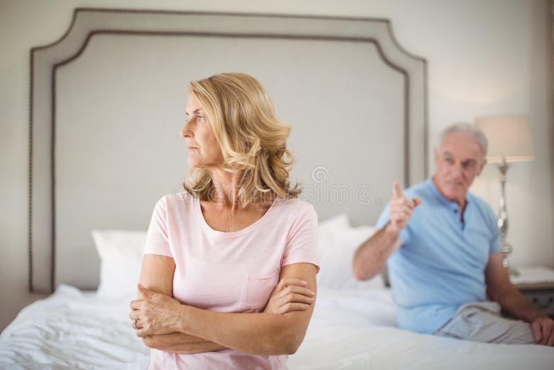 Paare, die ein Argument im Schlafzimmer haben lizenzfreies stockfoto