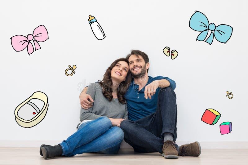 Paare, die ein Baby träumen lizenzfreies stockbild