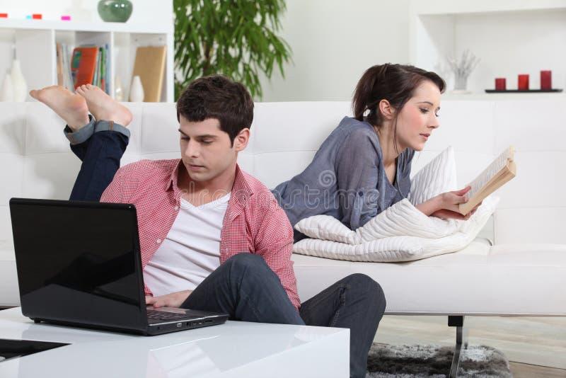 Paare, die ein Buch lesen lizenzfreie stockfotos