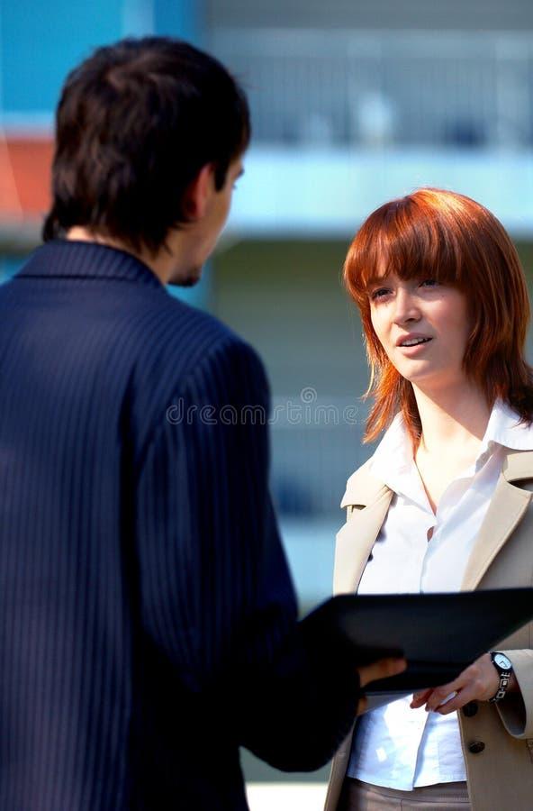 Paare, die ein Geschäfts-Gespräch anhalten stockbild