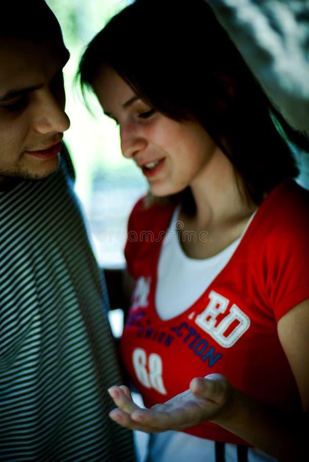 Paare, die ein Gespräch haben stockfotos