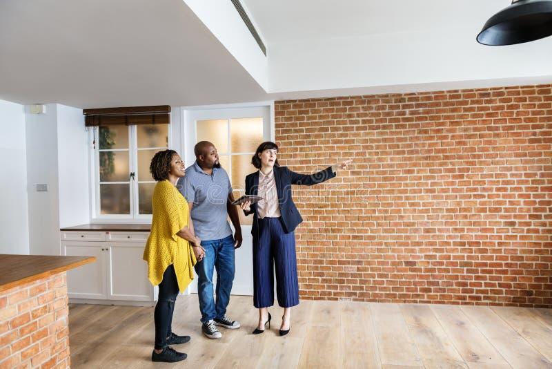 Paare, die ein neues Haus kaufen lizenzfreies stockbild