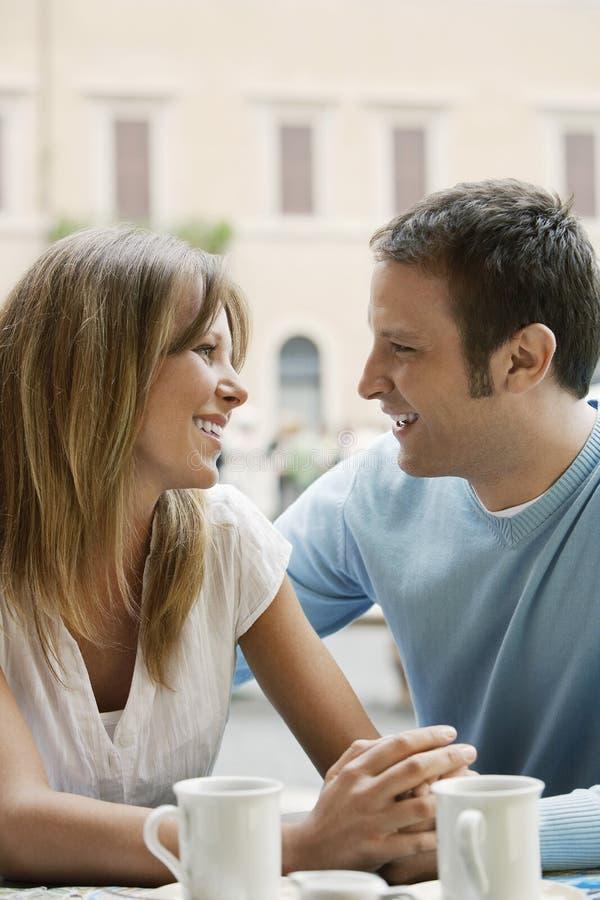 Paare, die einander auf Café betrachten stockfotografie