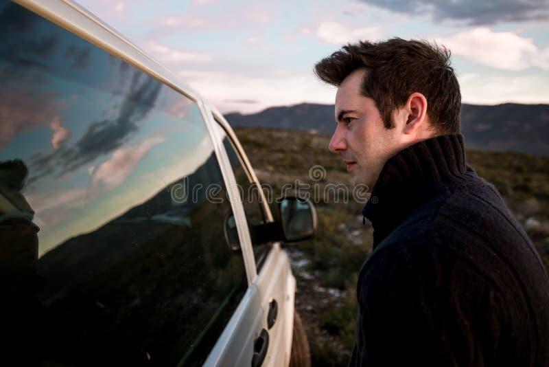 Paare, die einander durch das Autofenster betrachten Freunde lächelnd und glücklich lizenzfreies stockbild