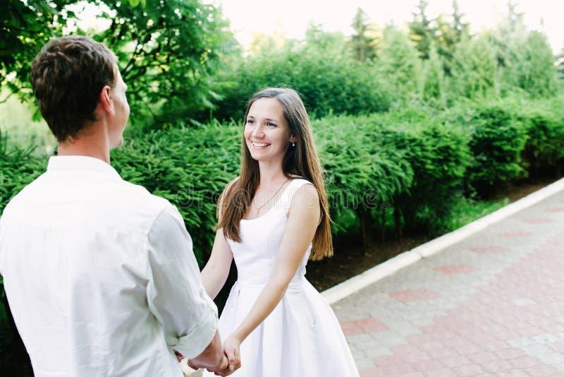 Paare, die an einander schauend reizend lächeln lizenzfreie stockfotos