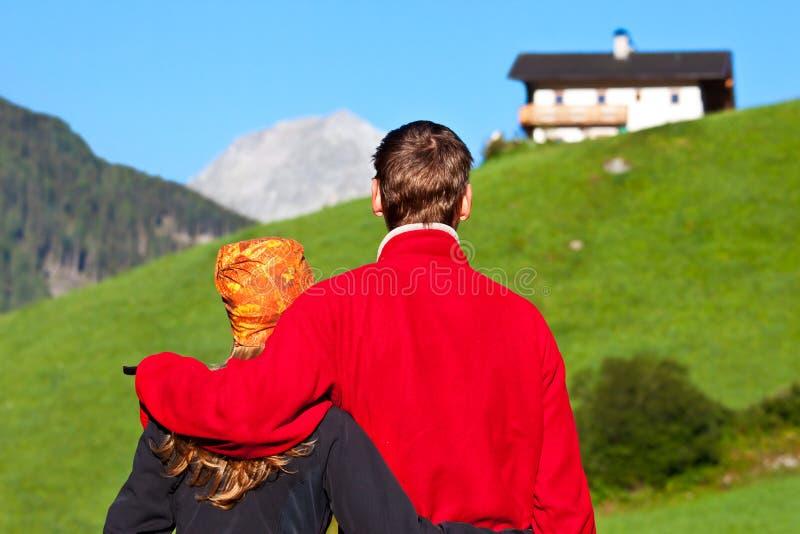 Paare, die eine Ansicht genießen lizenzfreies stockfoto