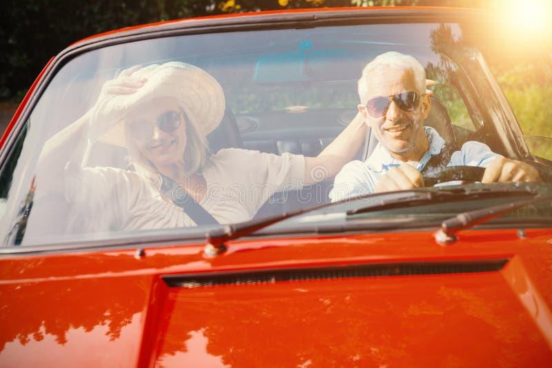Paare, die eine Autoreise tun lizenzfreie stockbilder