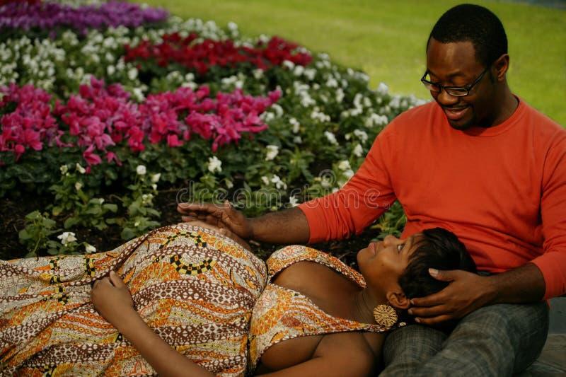 Paare, die in einem Park 2 sprechen stockfoto