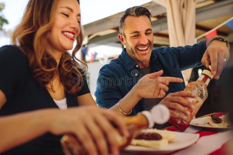 Paare, die an einem Restaurant speisen stockbilder