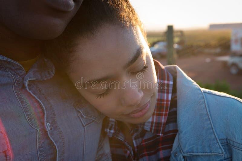 Paare, die an einem sonnigen Tag sich umfassen stockbild