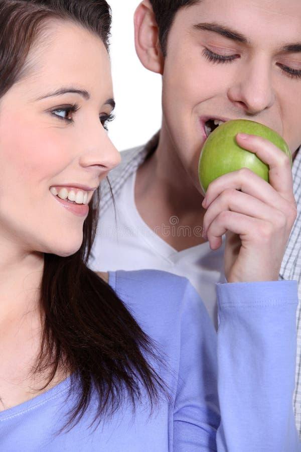 Paare, die einen Apfel essen stockfoto