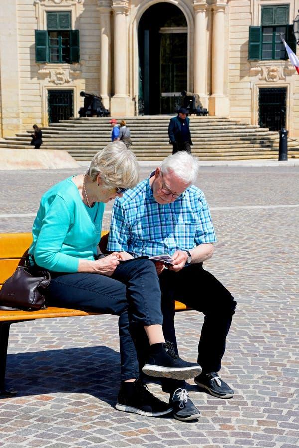 Paare, die einen Führer, Valletta lesen stockbilder