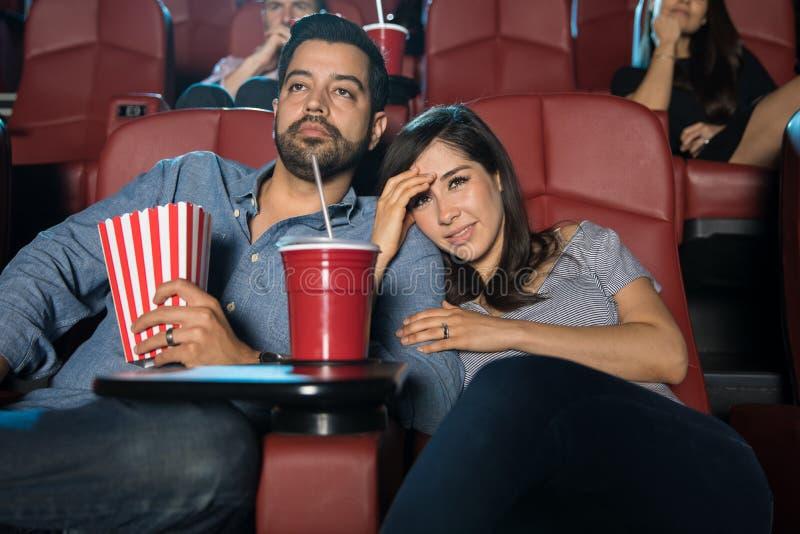 Paare, die einen furchtsamen Film überwachen lizenzfreies stockfoto