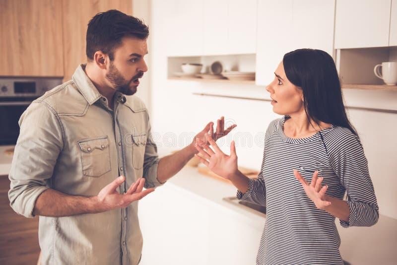 Paare, die einen Streit haben stockfoto