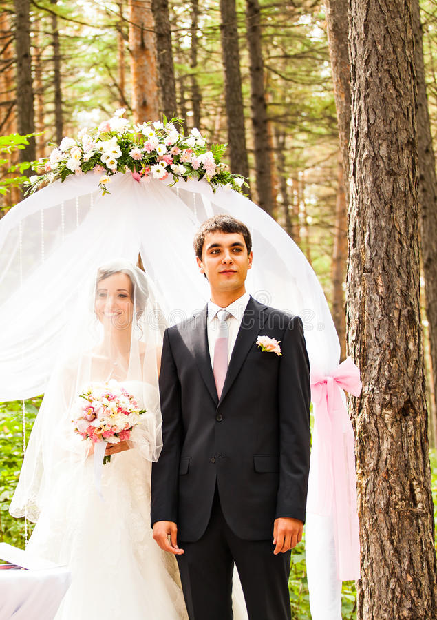 Paare, die an einer Hochzeit im Freien heiraten lizenzfreie stockbilder