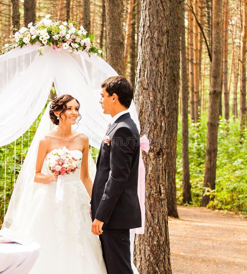 Paare, die an einer Hochzeit im Freien heiraten lizenzfreies stockfoto