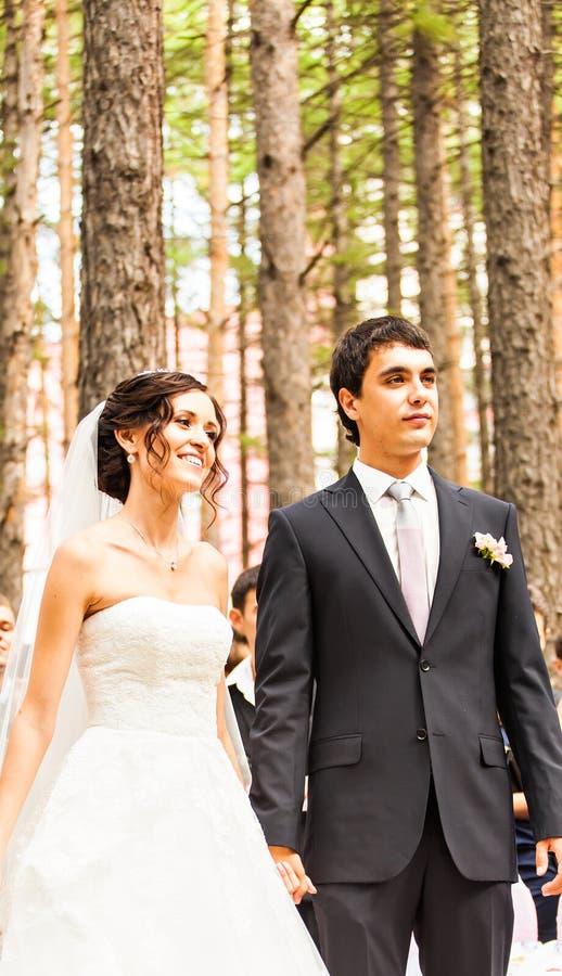 Paare, die an einer Hochzeit im Freien heiraten stockfotos