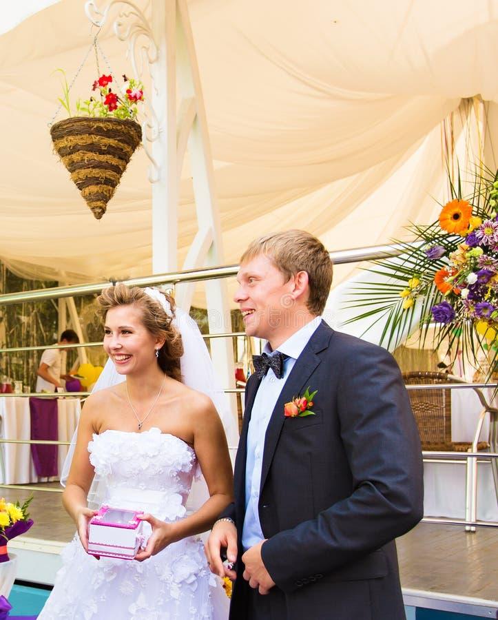 Paare, die an einer Hochzeits-Zeremonie im Freien heiraten lizenzfreie stockbilder