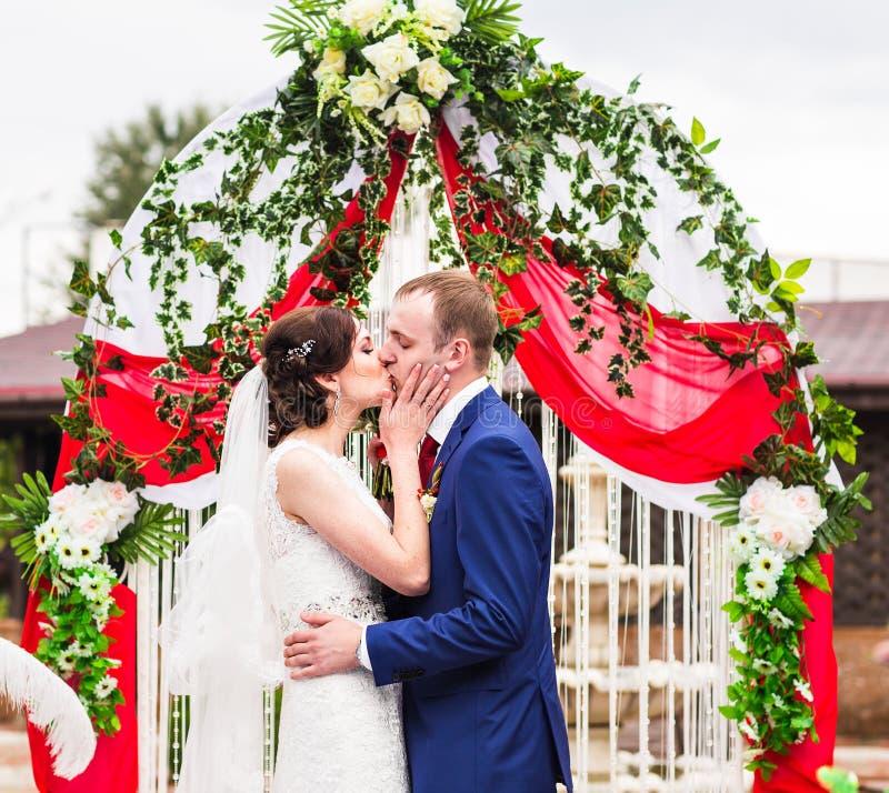 Paare, die an einer Hochzeits-Zeremonie im Freien heiraten lizenzfreies stockbild
