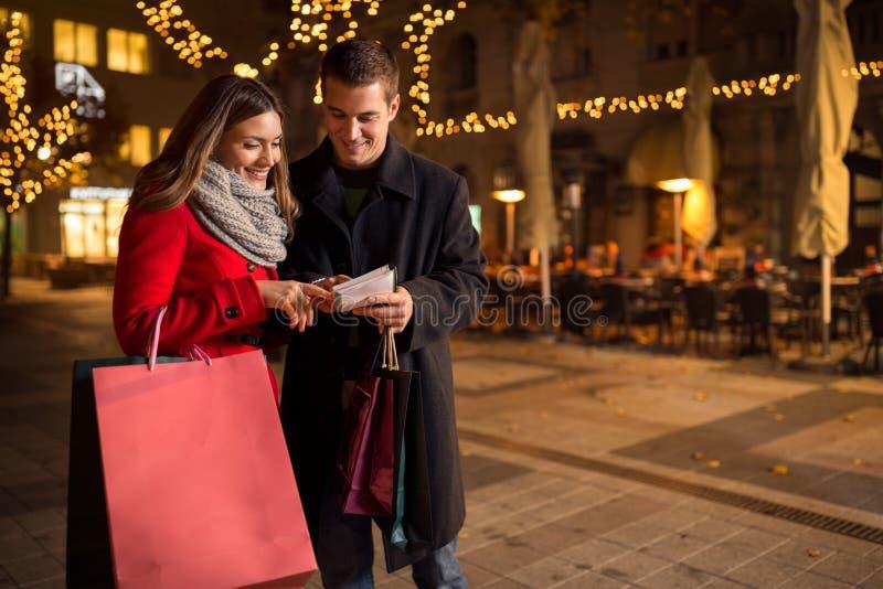 Paare, die Einkaufsliste auf Weihnachten überprüfen lizenzfreie stockfotos