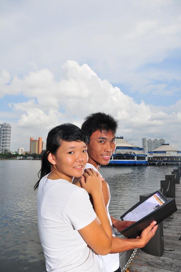 Paare, die Entscheidungen 1 treffen stockfotos