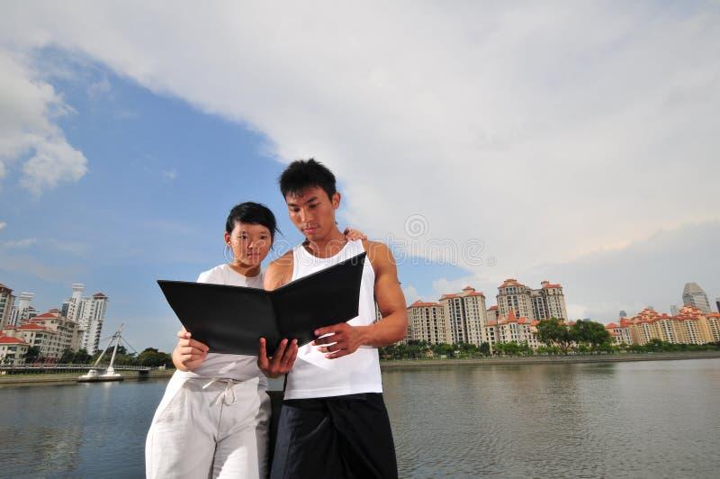 Paare, die Entscheidungen 9 treffen stockfoto