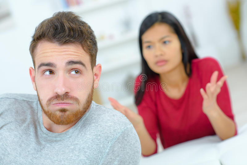 Paare, die erhitzte Diskussion haben lizenzfreie stockfotos