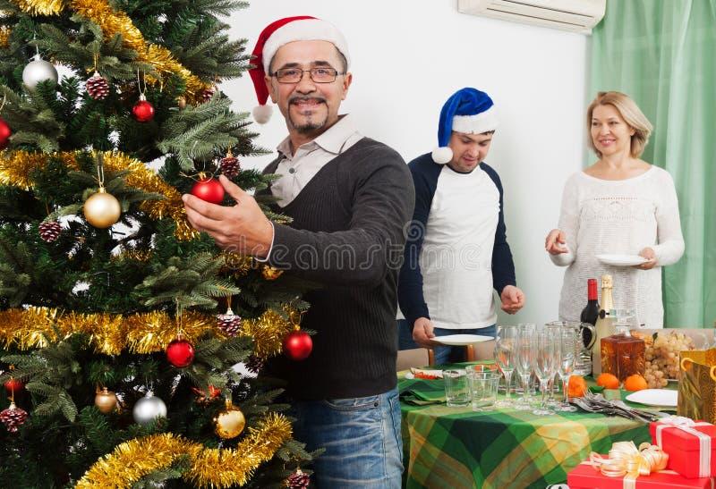 Paare, die für das Feiern von Weihnachten sich vorbereiten stockbilder