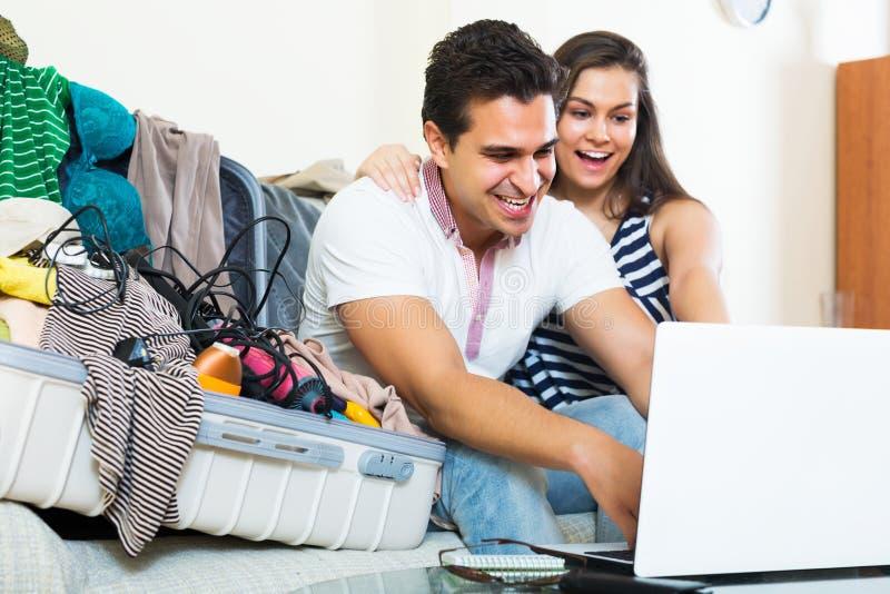 Paare, die für Flitterwochen sich vorbereiten stockfoto