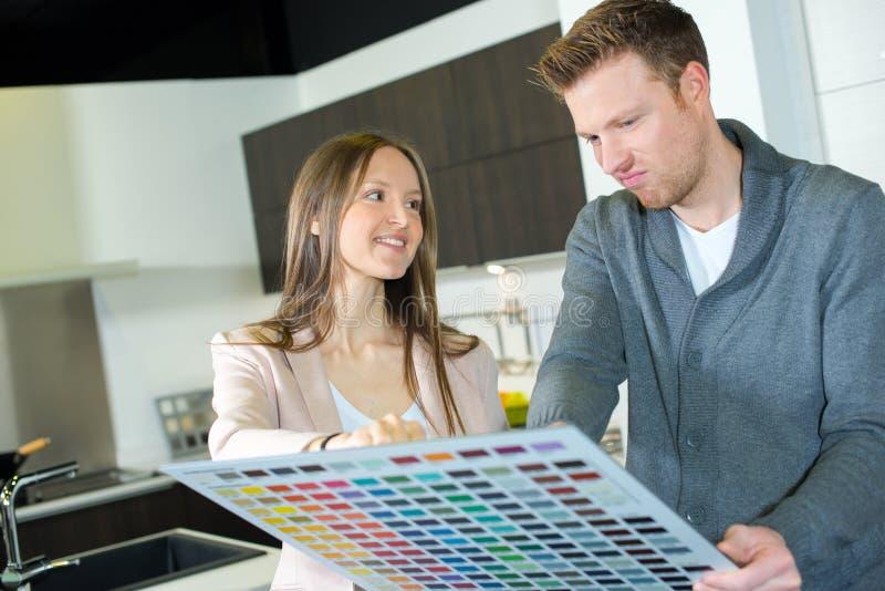 Paare, die Farbproben betrachten lizenzfreie stockfotos