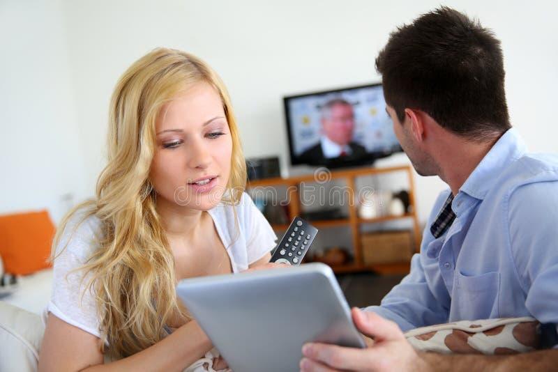 Paare, die Fernsehprogramm wählen lizenzfreies stockbild