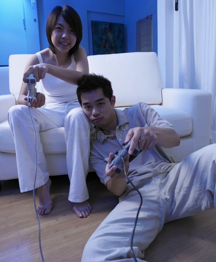 Paare, die Fernsehspiel spielen lizenzfreies stockfoto