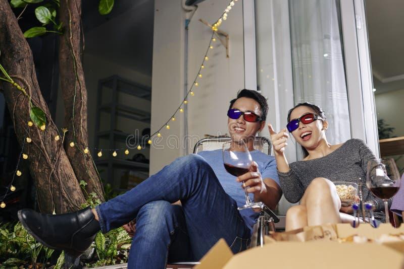 Paare, die Film 3D ?berwachen lizenzfreie stockfotos