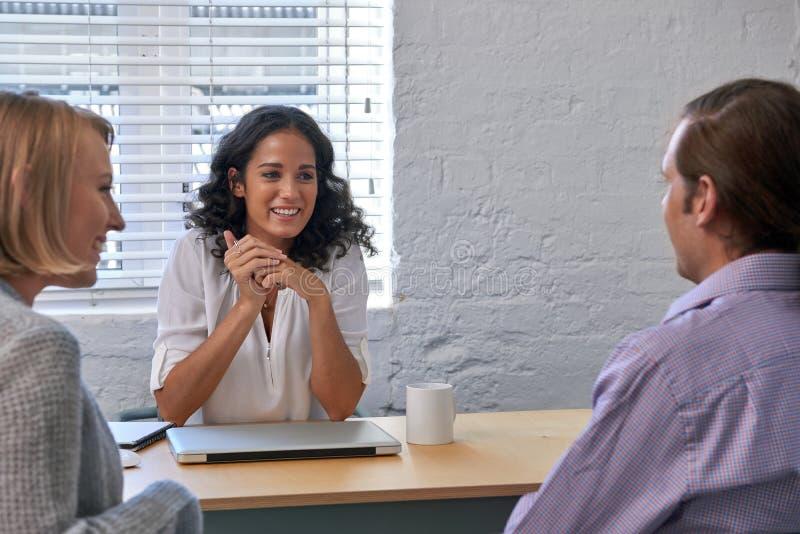 Paare, die Finanzberater treffen stockbild