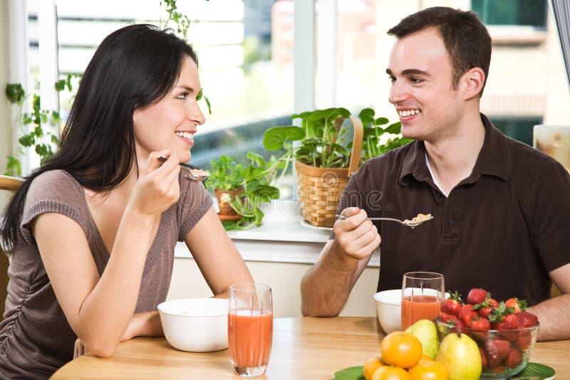 Paare, die Frühstück essen lizenzfreies stockfoto