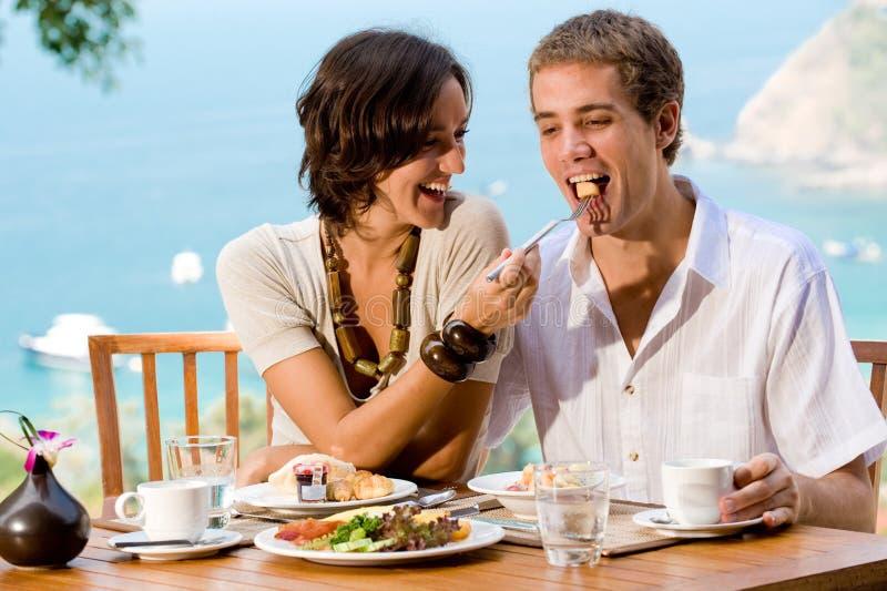 Paare, die Frühstück essen lizenzfreie stockfotos