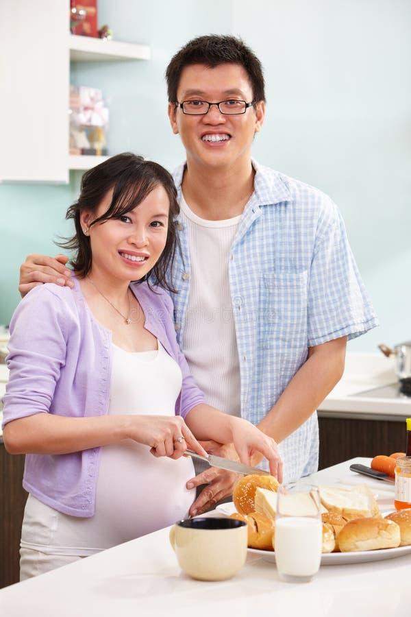 Paare, die Frühstück zubereiten stockfoto