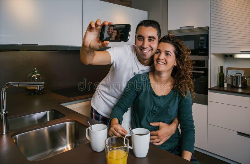Paare, die frühstücken und selfie nehmen lizenzfreie stockfotografie