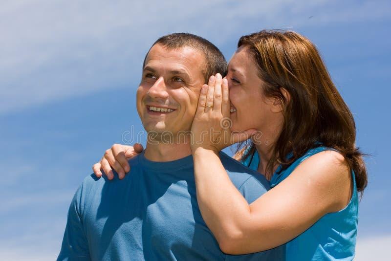 Paare, die Geheimnisse teilen stockfotografie