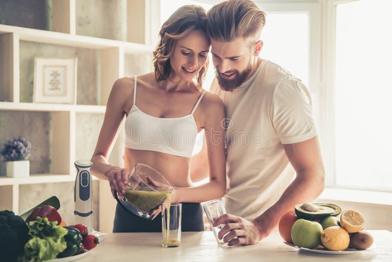 Paare, die gesundes Lebensmittel kochen lizenzfreie stockbilder