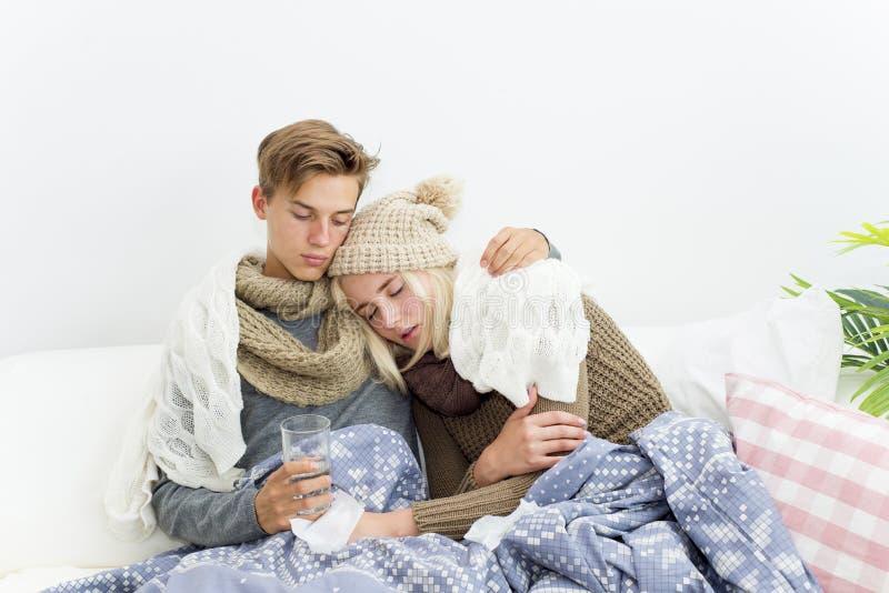 Paare, die Grippe haben lizenzfreie stockbilder